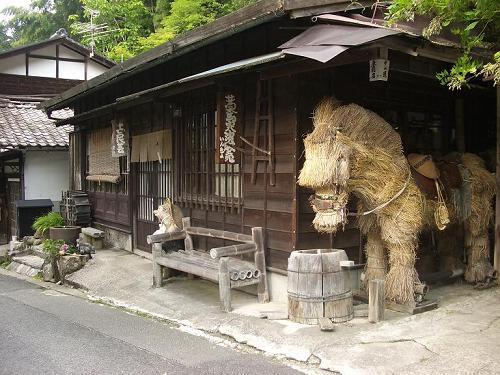 妻籠宿の入口に藁の馬 1-1.jpg